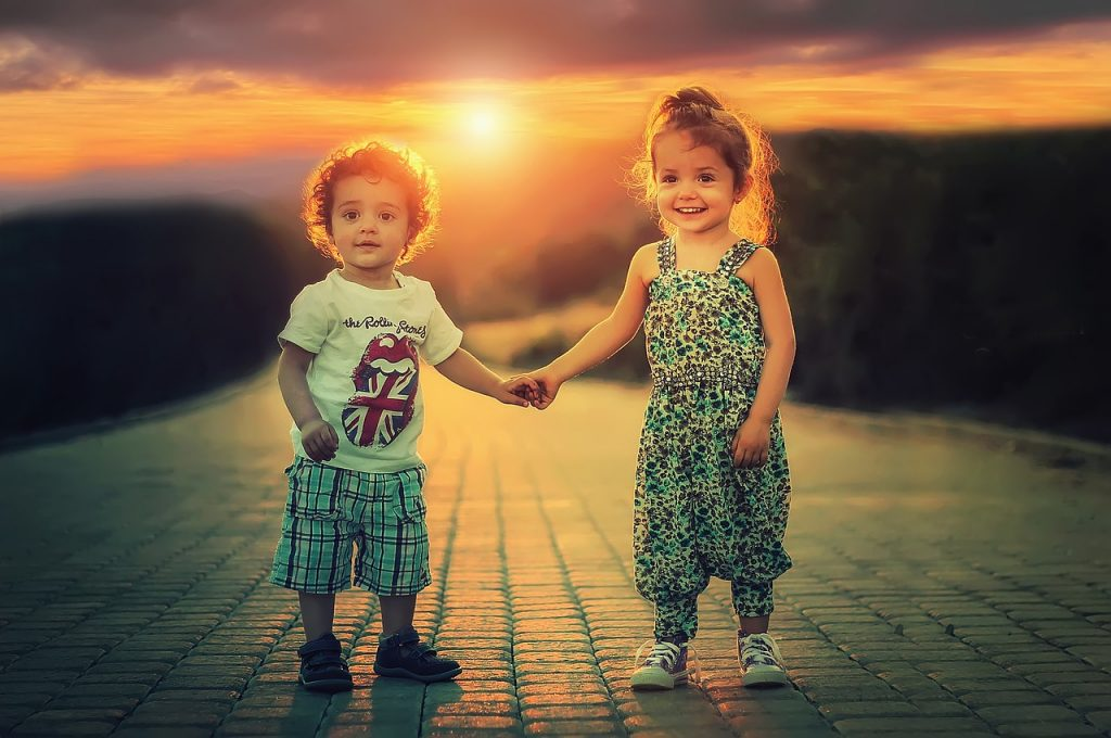 деца хванати за ръка