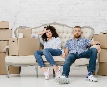 Мъж и жена на дивана