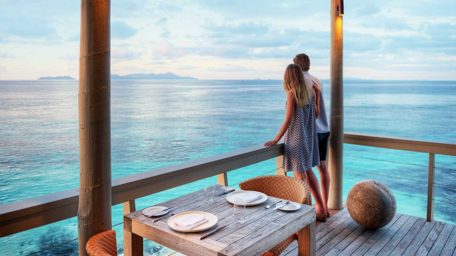 Vomo-Island-Resort-Couple-overlooking-Rocks-Bar-View-1600x900